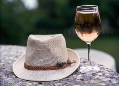 Rosé Provence met hoed, gratis Pixabay horizontaal(1)