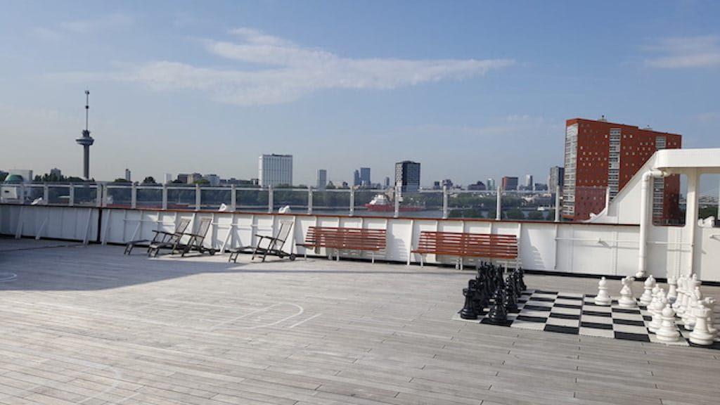 SS Rotterdam Dek met skyline Rotterdam