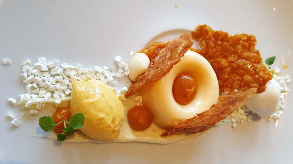 SS Rotterdam Dessert: cremeux van yoghurt met structuren van mango, crisps en mangosorbetijs