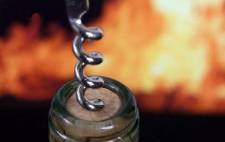 Kurkentrekker in fles met vuur op achtergrond Barbecue BBQ
