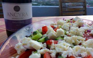 Turkse wijn en salade