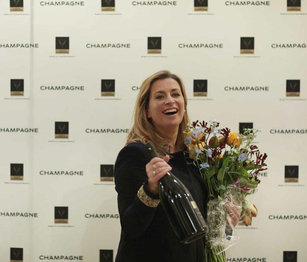 Sacha de Boer Prix Champagne 2018 blij met bloemen en champagne
