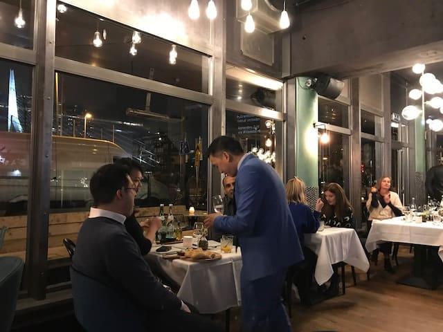 Langoest Chef aan tafel uitzicht Maas