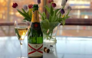 De Castellane Brut met glas en tulpen Pasen