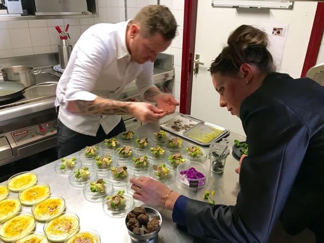 Beyerick Marcel en Rosalie samen in de keuken