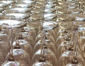 Lege wijnglazen omgekeers Unieke Wijnen Proeverij