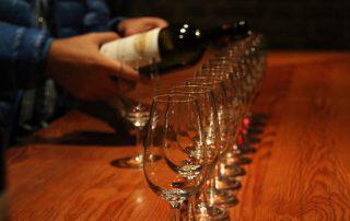 Wijnproeverij lege glazen inschenkend