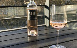 MIP rose rose in Zalto glas op balkon, uitgelicht