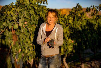 Monique Breuer Serendipity Pinot Noir in wijngaard in de zon