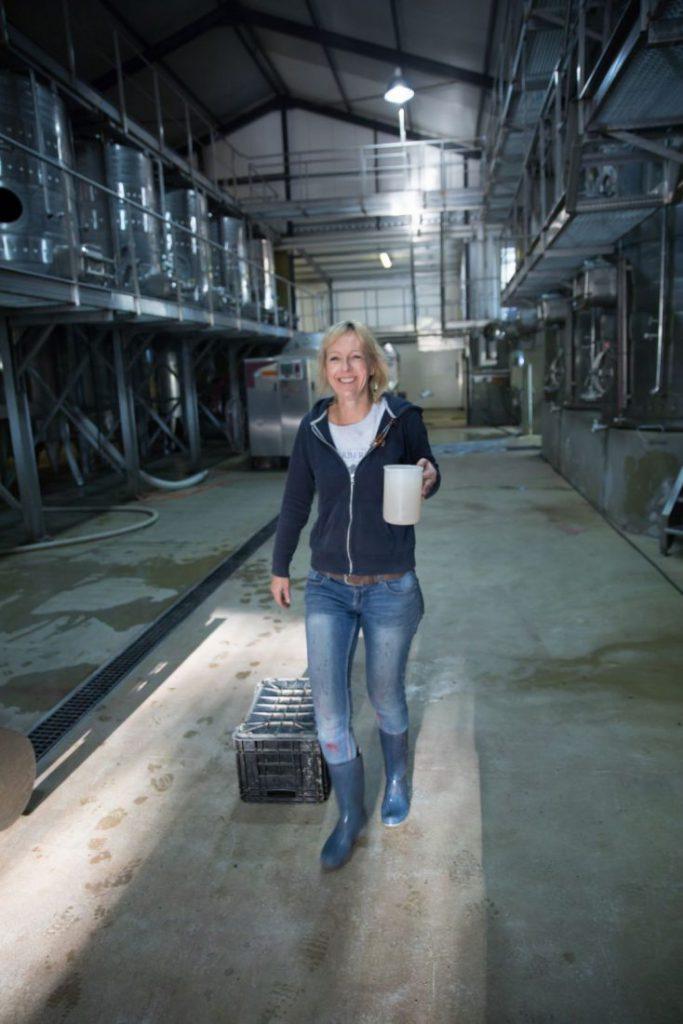 Serendipity Monique Breuer in de wijnkelder met bakje