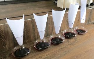 Wine Making Challenge karaffen met papier erin