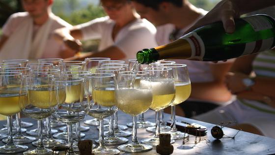 Wijnstudiereis Claudia van Dongen glazen inschenken