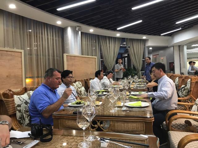 China diner met wijnmakers de tafels
