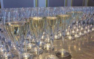 Champagne glazen uitgelicht
