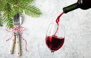 Rode wijn bij kerstdiner uitgelicht